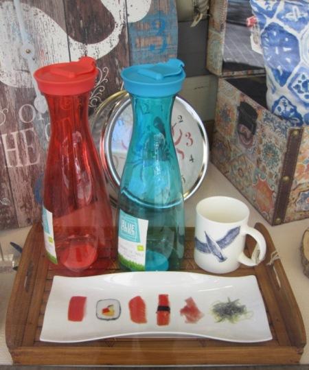 Botellas de colores para agua de mesa, bandeja sushi