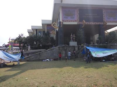 Masyarakat Pasar Griya Sukarame Dirikan Tenda di DPRD Bandarlampung