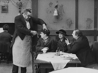 """Чарли Чаплин и Эрик Кэмпбелл в фильме """"Иммигрант"""" (1917)"""
