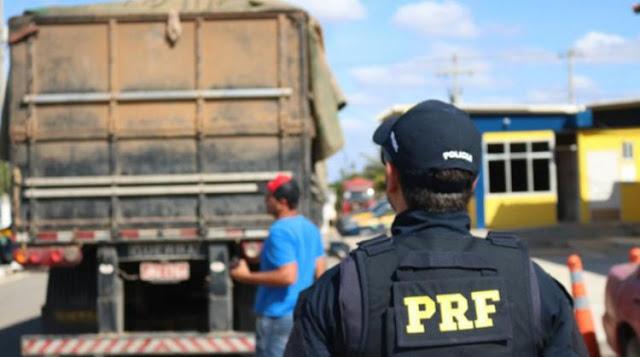 PRF realiza operação na BR-242 para fiscalizar transporte de cargas na Bahia