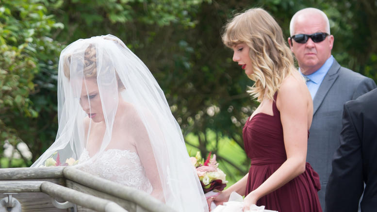Τέιλορ Σουίφτ: Η πιο σικ και σεμνή παράνυμφος στον γάμο της κολλητής της