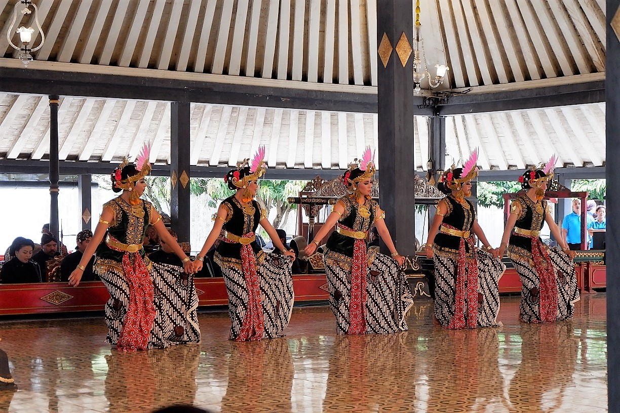 slow Indonesia dance here at the The Sultans Palace