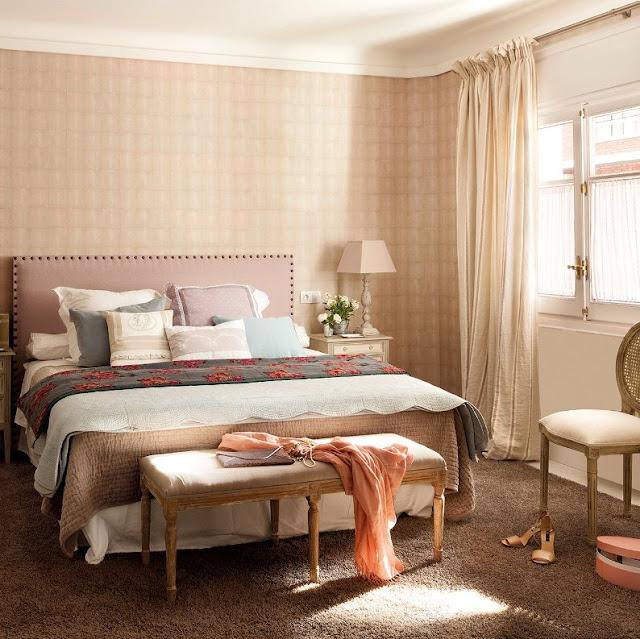 cabecero de cama con tachuelas y tapizado en rosa chicanddeco