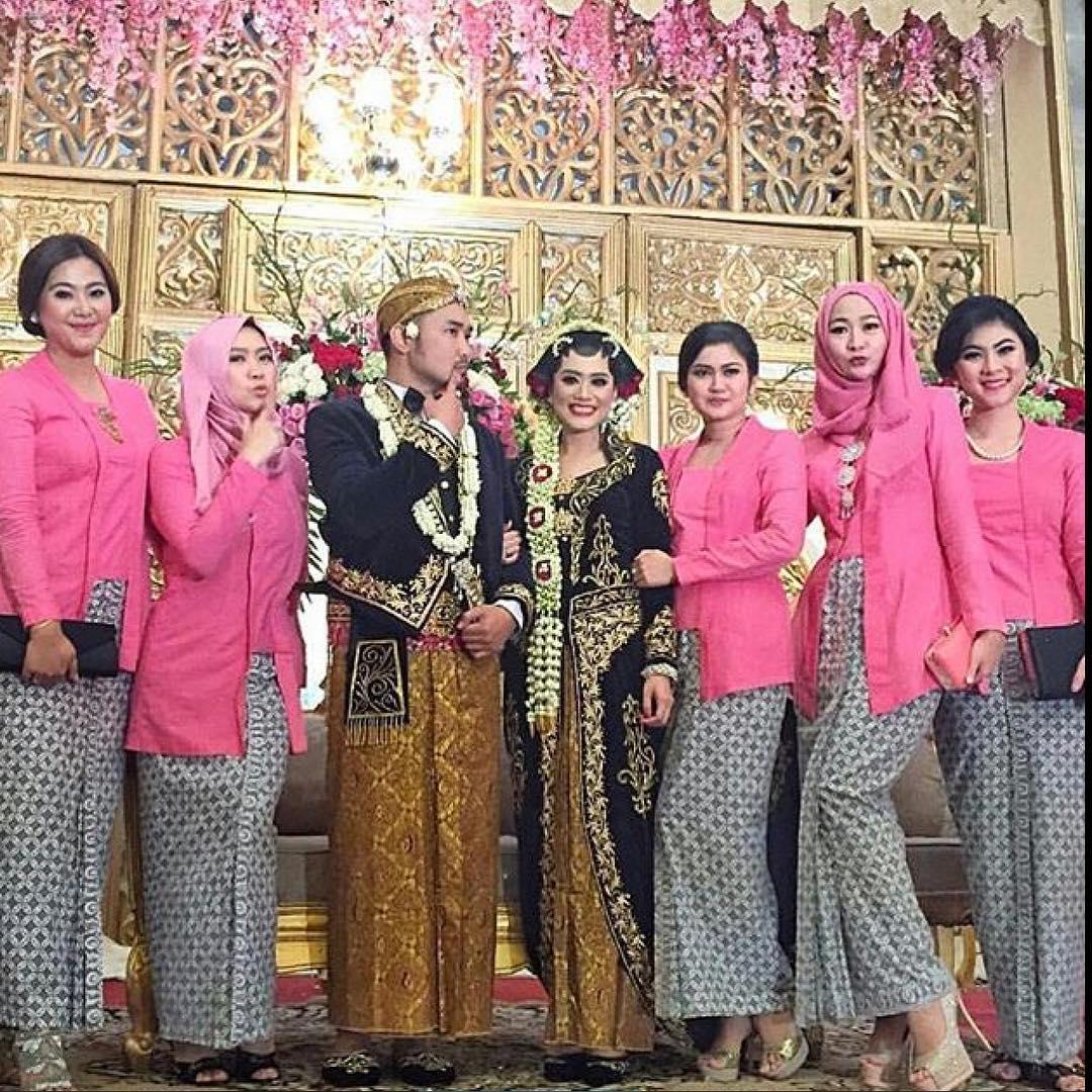 Baju Kebaya Bawahan Batik: Kumpulan Gambar Model Baju Kebaya Batik Gaun Pesta Modern