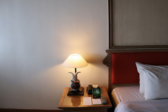 Lampu bacadi sebelah ranging King Size di Deluxe room Damai Beach Resort