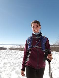 Randonneuse souriante, paysage, neige, parc d'Oka l'hiver