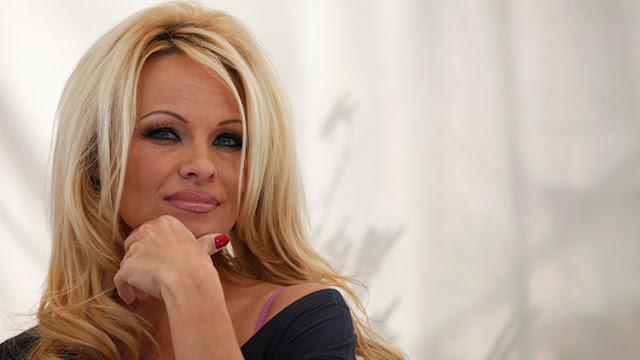 """""""Bombardean naciones"""": Pamela Anderson crítica la política de EE.UU. y el Reino Unido con un poema"""