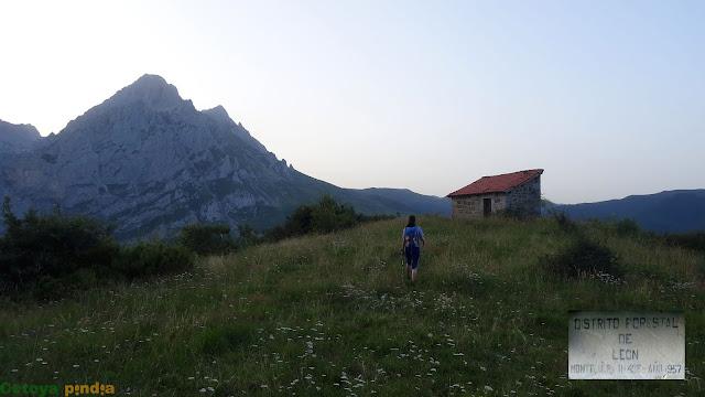 Refugio de montaña en Pantivalles en la ruta a la Torre Bermeja en Picos de Europa.