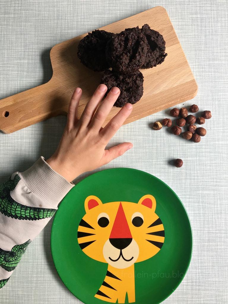 vegane, gesunde Schoko-Zucchini-Muffins ohne Zucker, Weizen und Ei, glutenfreie Muffins für Kinder, Kuchen mit Gemüse, Backen mit Zucchinis, Rezept Zuchinimuffins, das auch Kindern schmeckt, Belly & Mind, Ernährungsumstellung, Logi Ernährung, Logi Methode