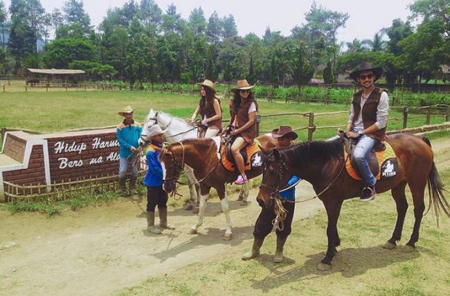 Bergaya Ala Koboi di De Ranch Lembang