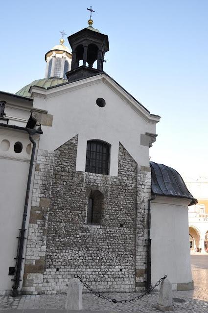 Romański kościół pw. św. Wojciecha na płycie rynku w Krakowie