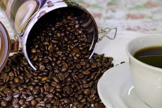 gambar cara menggunakan ampas kopi sebagai masker wajah