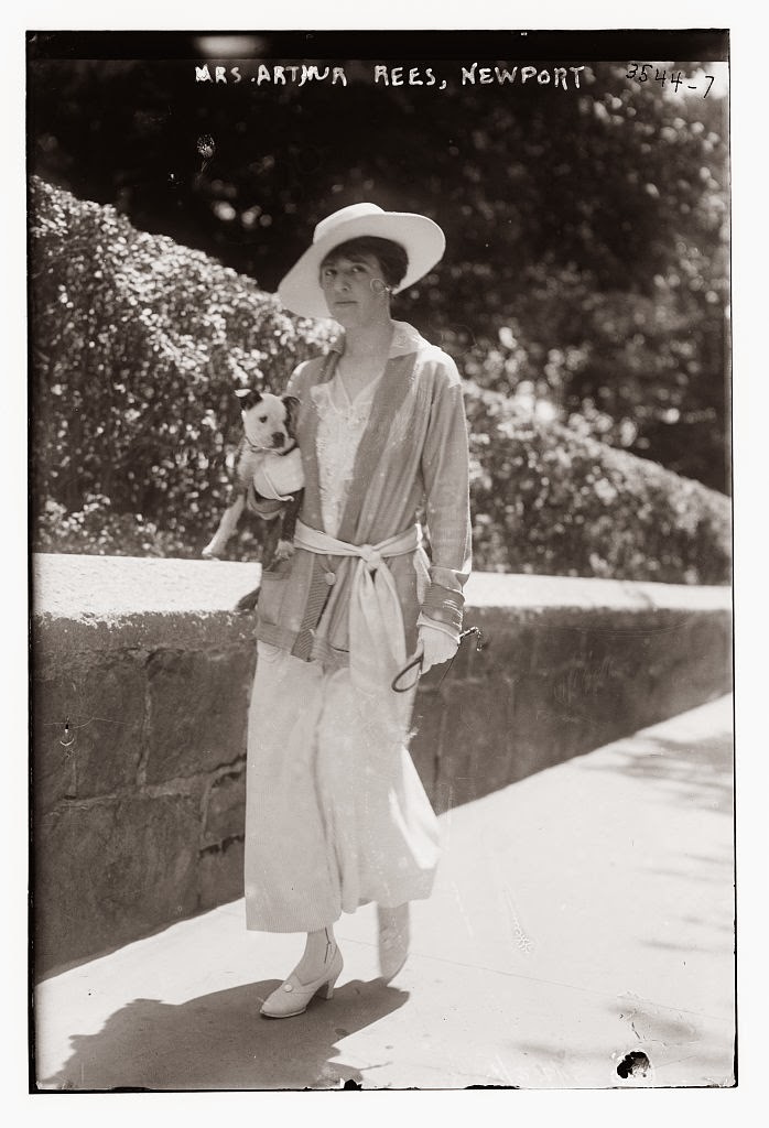 20 Vintage Photos That Show Women's Fashions Of The 1910s
