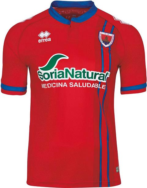 67802e96fb94d2 A camisa titular é vermelha com detalhes em azul na gola, nos punhos e em  duas listras verticais do lado esquerdo do uniforme.