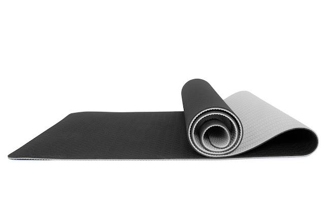 Đầu tư thảm tập TPE hay PVC cho luyện tập Yoga ?