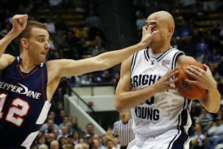 smešna slika: košarkaški prsti u lice protivnika