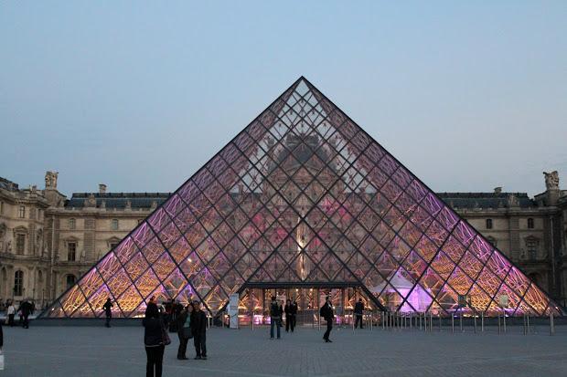 """"""" French"""" La Pyramide Du Louvre"""