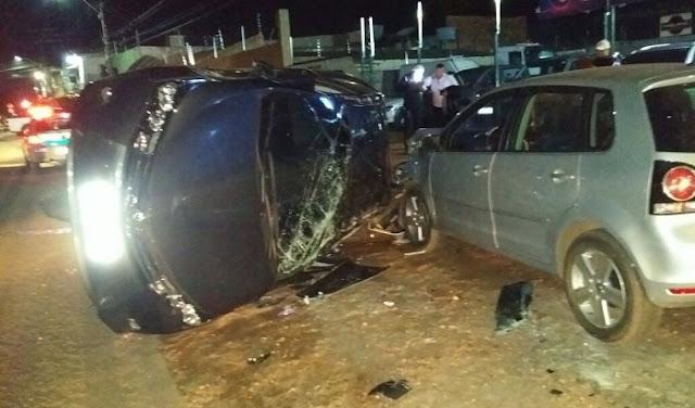 Colisão entre dois automóveis resulta em capotamento e vítimas socorridas ao João Paulo II