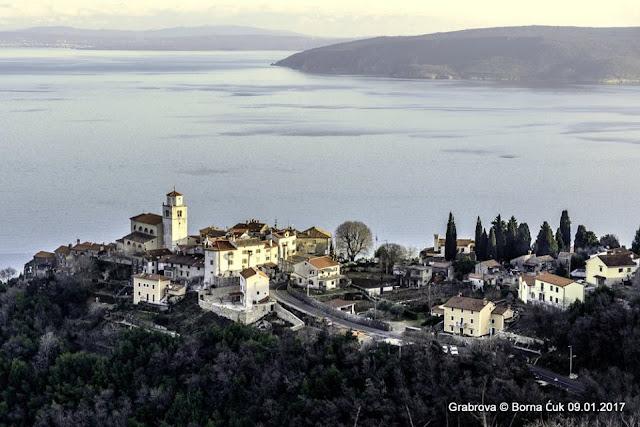 Pogled na Mošćenice sa ceste za Grabrovu