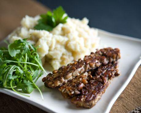 Lekker makkelijk knolselder recept, geserveerd met een vleesvervanger van ganse sojabonen: témpé of soja cake