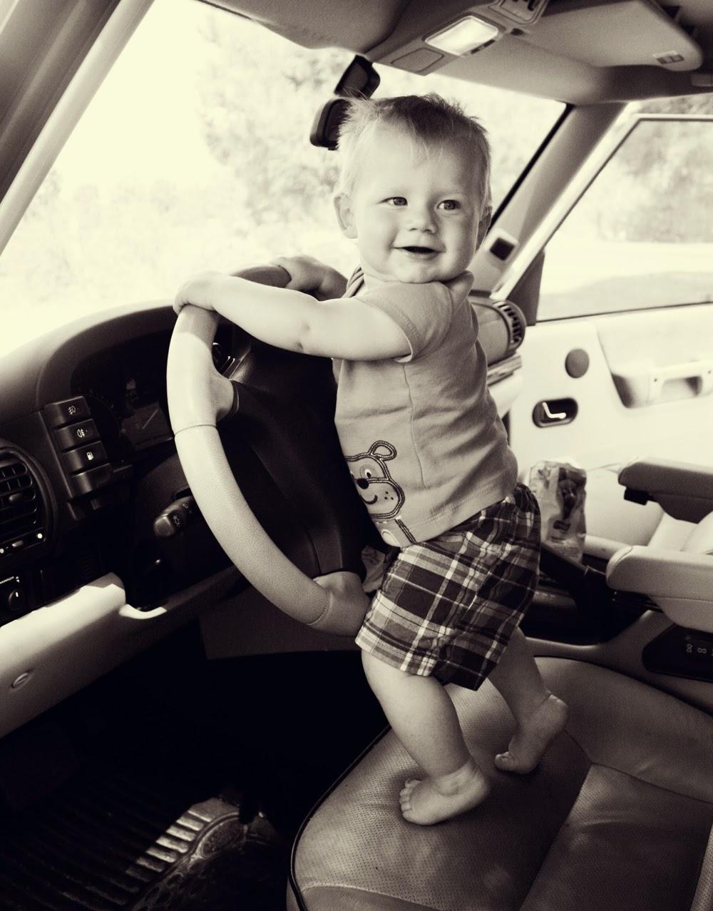 Foto bayi menyetir mobil