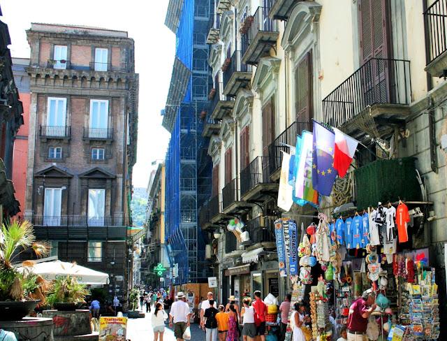 spaccanapoli, Napoli, bancarelle, esposizioni, turisti internazionali, palazzi, monumenti, gente, strada