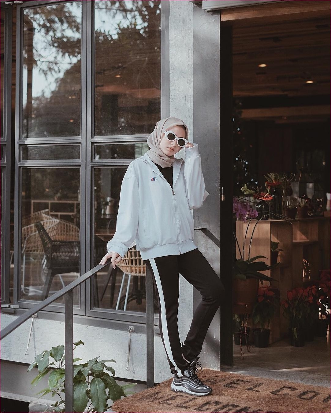 Outfit Baju Hijab Casual Untuk Olahraga Ala Selebgram 2018 celana training baju olahraga hitam sweater  abu muda sneakers kets sepatu olahraga hijab segiempat polos coklat muda gaya casual kain katun rayon ootd outfit jogging 2018 selebgram kaca bunga kursi keset daun kacamata