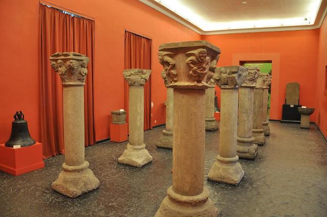 Kołbacz romańskie kolumny przechowywane w Muzeum Narodowym w Szczecinie