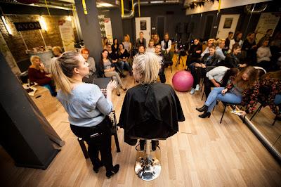 Grupa kobiet podczas warsztatów makijażu