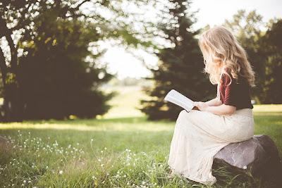 Czytanie książki, łąka, dziewczyna, ideologia, doktryny polityczne, dlaczego konserwatyści są głupi