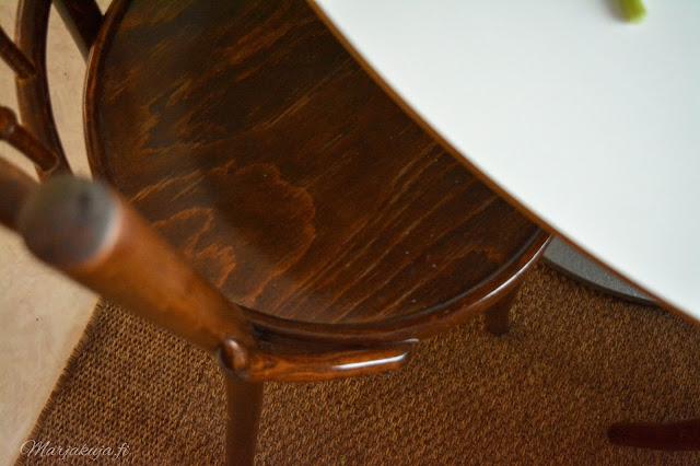 Kirppislöytönä Klassikko TON dejavu 378 tuolit keittiö sisustus ruskea pyöreä pöytä