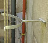 foto anclaje de los tubos chimenea en pared