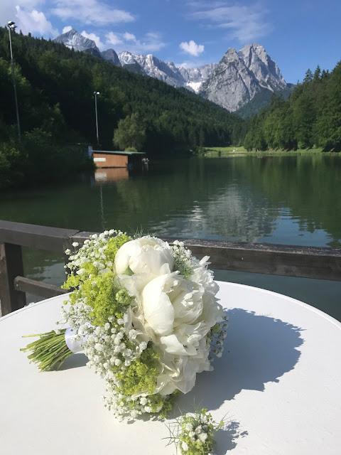 Brautstrauß mit Pfingstrosen, Hochzeit in Apfelgrün und Weiß im Riessersee Hotel Garmisch-Partenkirchen, Hochzeitshotel in Bayern, heiraten in den Bergen am See