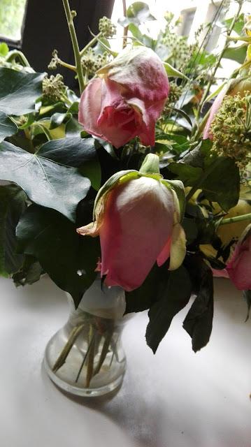 Verwelkte roze rozen uit de kerk van de priorij