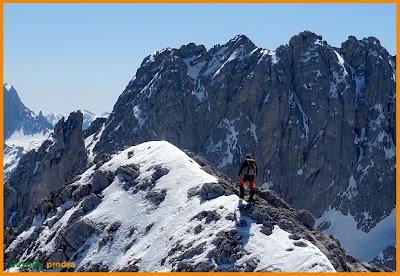 Avanzando por la cresta hacia la Torre de los Traviesos en Picos de Europa.