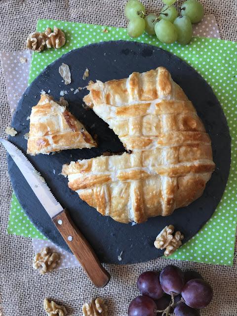 camembert en hojaldre con cebolla caramelizada y nueces receta