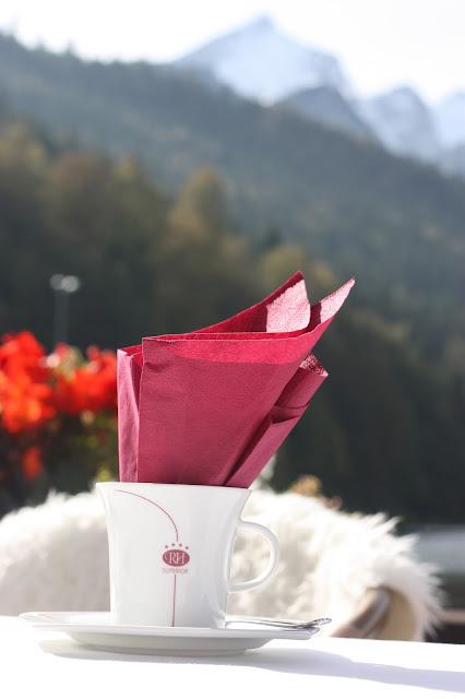 Herbsthochzeit in den Bergen von Garmisch-Partenkirchen, Hochzeitslocation in Bayern, Riessersee Hotel - Bordeaux, rote Rosen, herbstlich