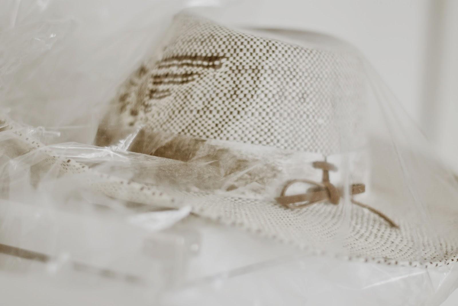 Folien schützen Koffern und Hüten