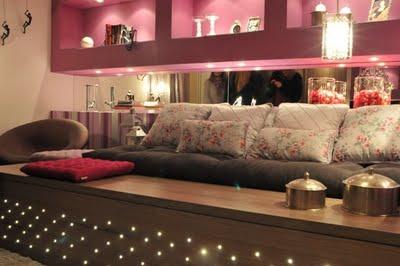 Dormitorio color uva con rayas rosas y blancas via www for Recamaras rosas