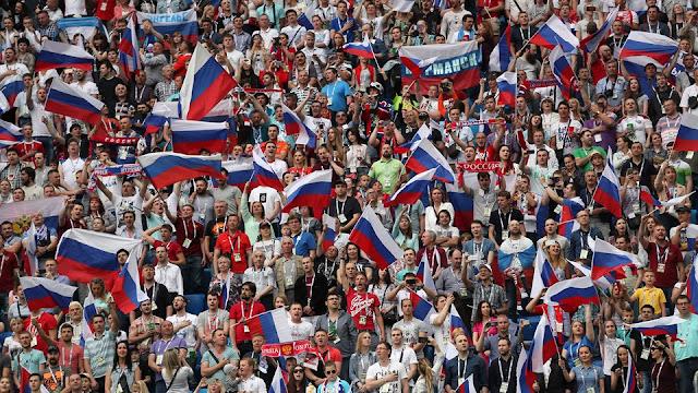 Seguidores de la selección de futbol de Rusia en la victoria de Rusia 2-0 Nueva Zelanda en la Copa Confederaciones