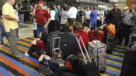 Viajeros con sus maletas esperando para abordar en el Aeropuerto de Maiquetia. Venezuela
