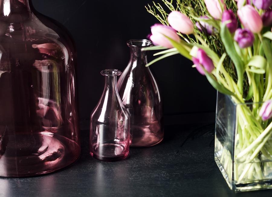 Blog + Fotografie by it's me! - fim.works - rosafarbene Vasen, lila- & rosafarbene Tulpen