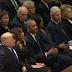 Ο Τραμπ αγνοεί τους Κλίντον στην κηδεία του Μπους (Βίντεο)