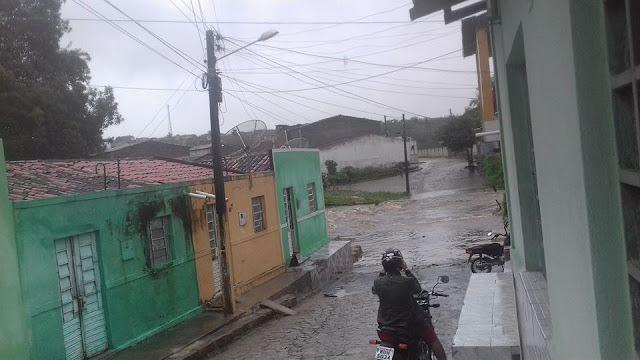 Em Santana do Ipanema, rua fica inundada após forte chuva