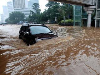 Ilustrasi Mobil Melewati Banjir