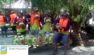 foto menikmati kelapa muda teluk kiluan
