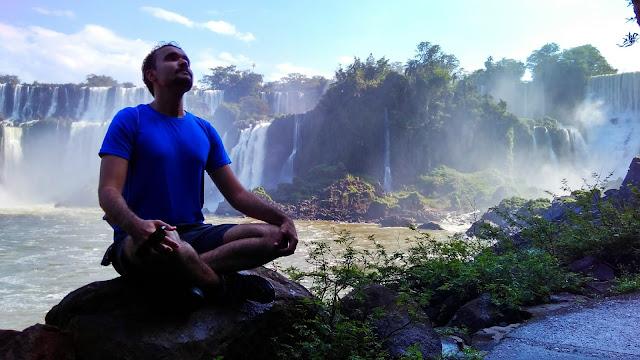 Meditação na trilha inferior das Cataratas del Iguazú, na Argentina.