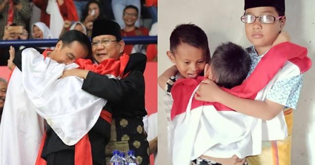 10 Potret Tiru Jokowi Peluk Prabowo Ini Ekspresinya Lucu-lucu
