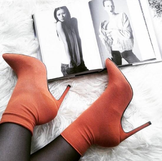 ba2feadba Além do mais o que vem com tudo mesmo, são as botas-meias, o indicado é que  combine com os tons a ser usado do look.