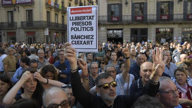 Catalan leaders, thousands of people hold rally to protest detention of two leaders